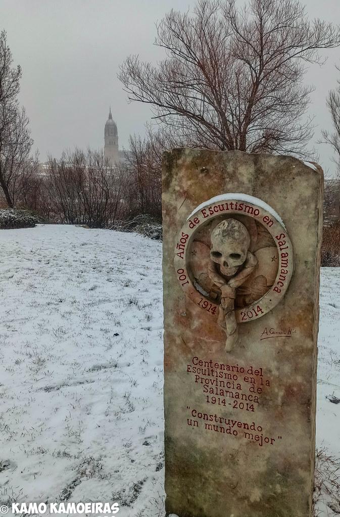 monumento al escultismo nieve