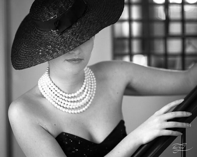 un chapeau et des perles