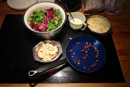 Zubereitung des Wintersalats mit Pastinaken und Apfel