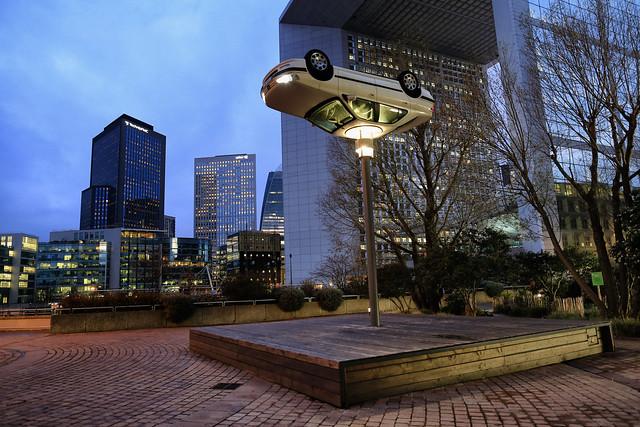 La voiture sur le lampadaire  // The car on the street lamp