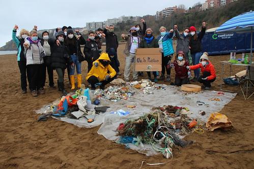 Limpieza en Ereaga (playa de Getxo)
