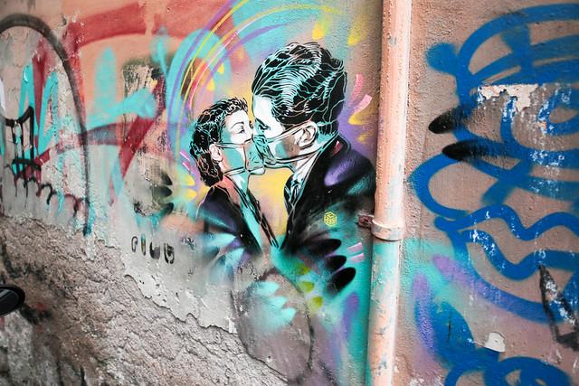 A safe kiss during the pandemic - Un bacio sicuro durante la  pandemia