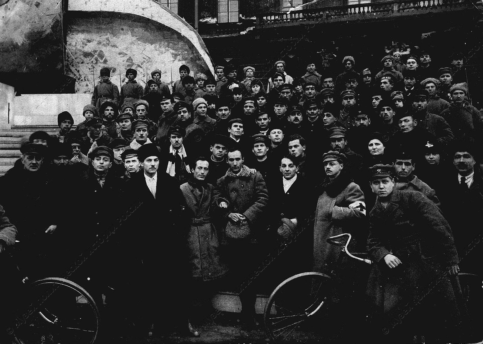 1920. Участники постановки мистерии Взятие Зимнего Дворца во время пребывания в Петрограде делегатов II конгресса Коминтерна
