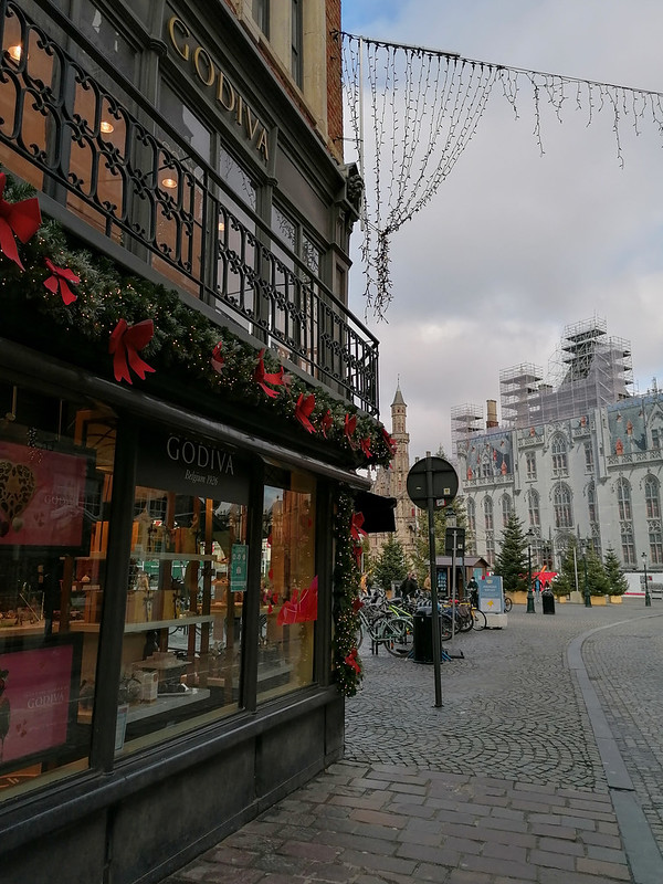 Local GODIVA con decoración navideña