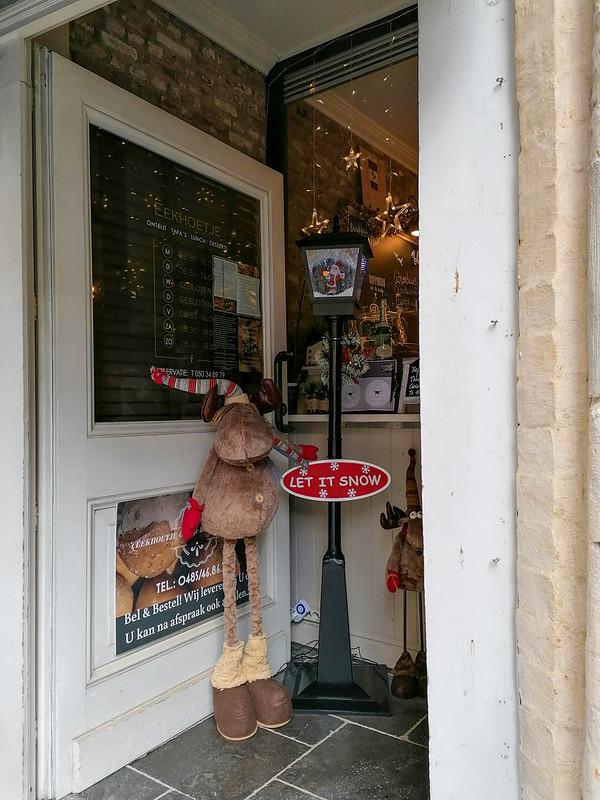 Tienda local en Brujas con decoración navideña