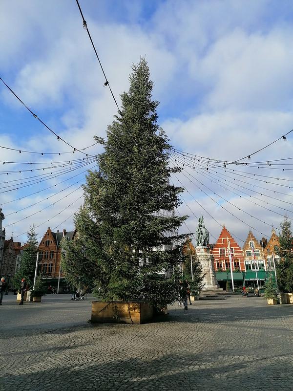 Markt de Brujas con luces y árbol navideño