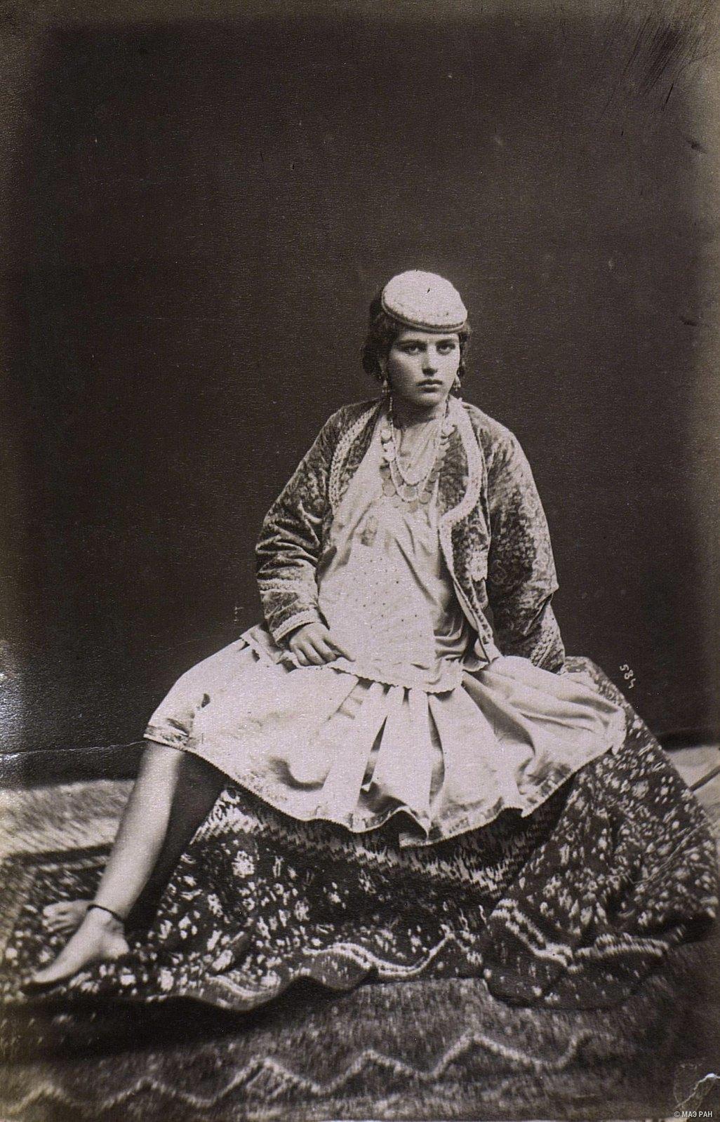 Иранка в домашнем костюме7