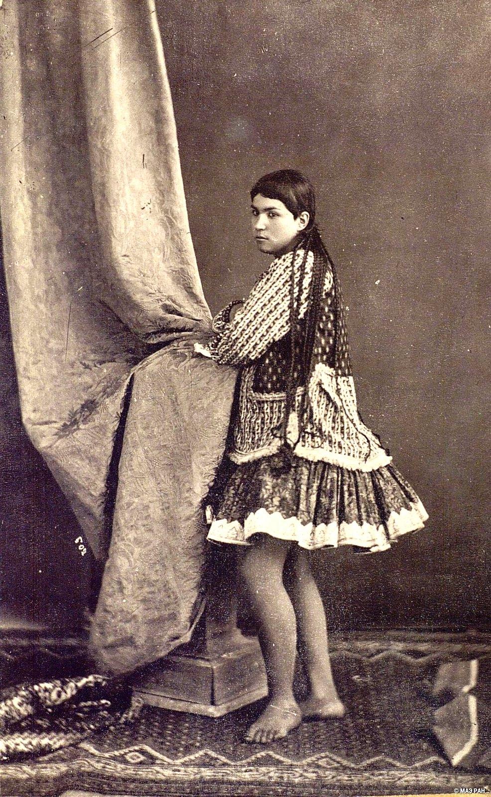 Иранка в домашнем костюме