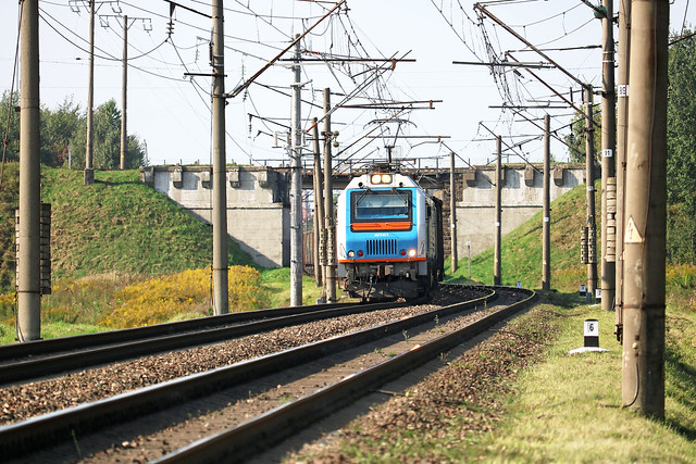 Электровоз БКГ2-017 с грузовым составом отходит со станции Орша-Центральная.