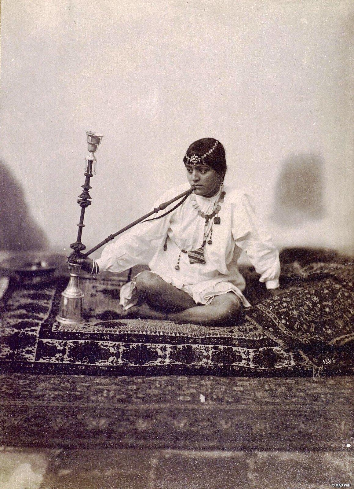 Женщина за курением кальяна