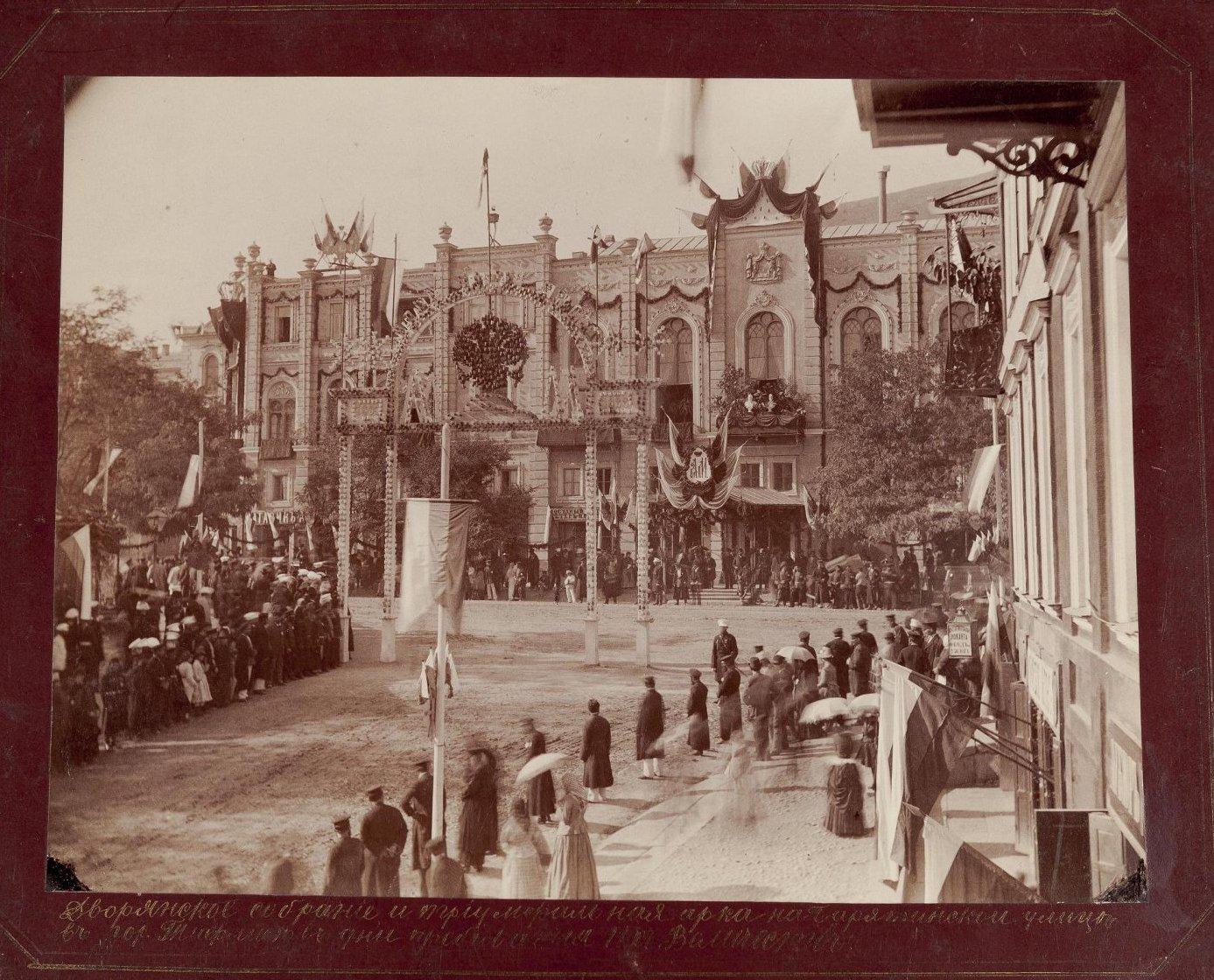 Триумфальная арка на Барятинской улице у Дворянского собрания в дни пребывания императора Александра III. 1888