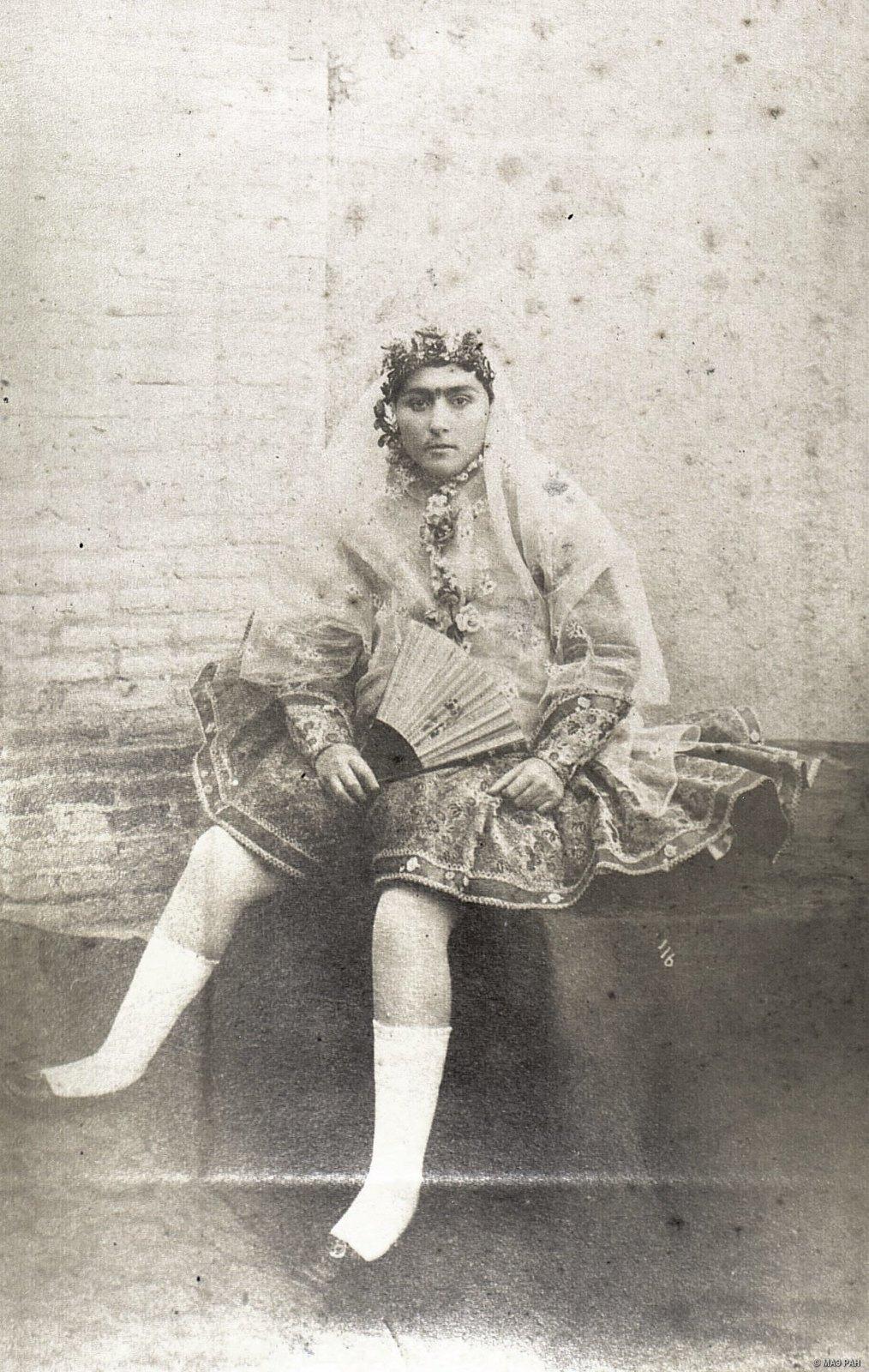 Иранка в домашнем костюме2