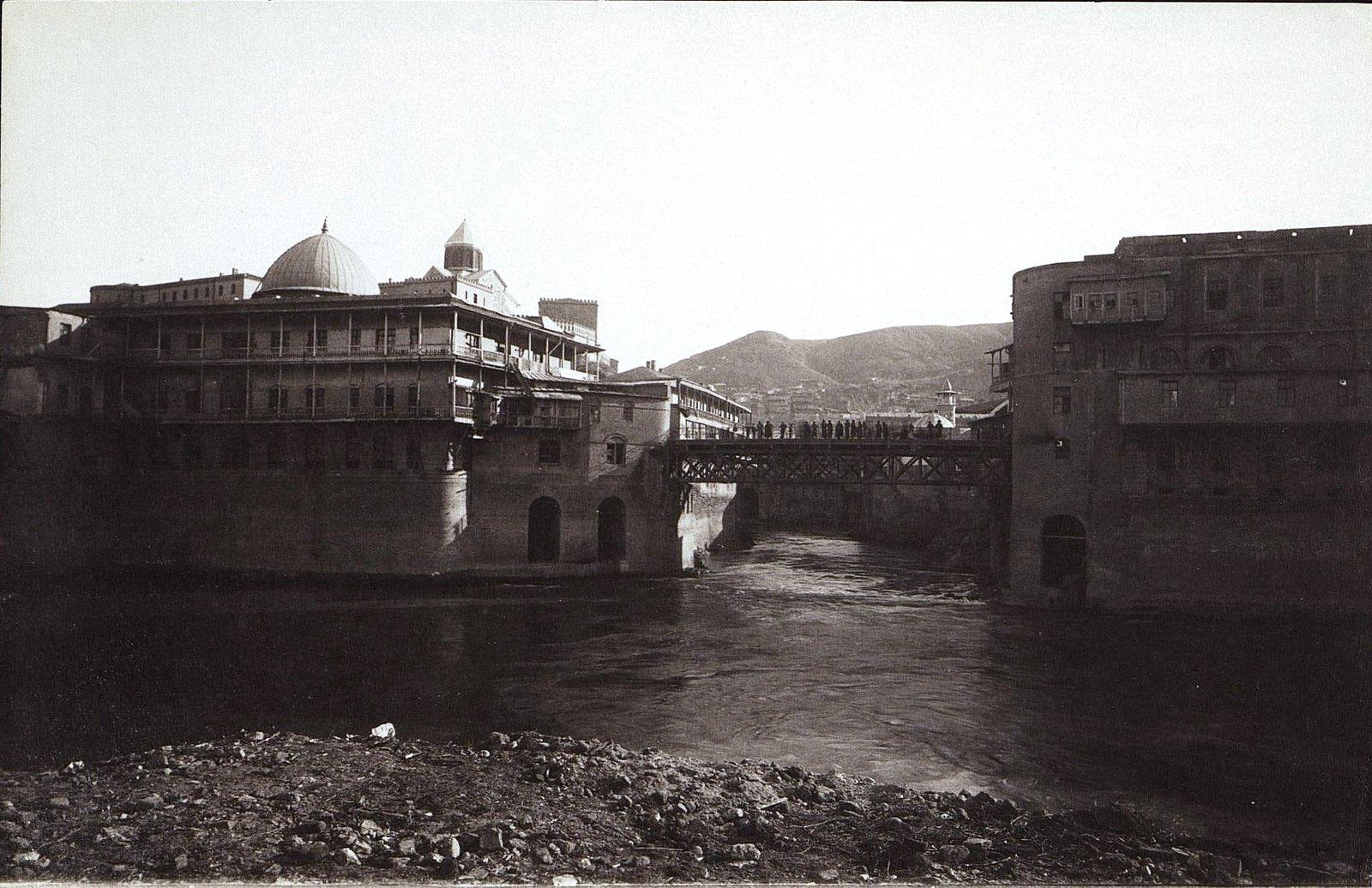 Мост на майдане. Татарская мечеть и Метехский замок