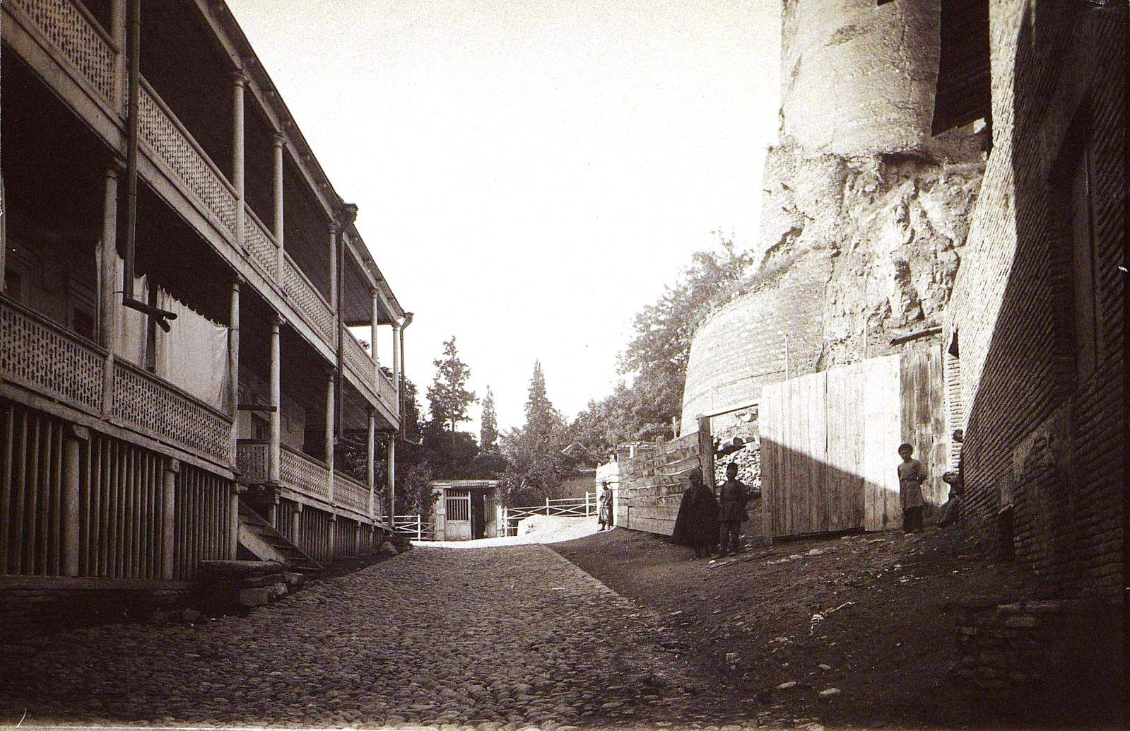 Вход в ворота Ботанического сада и развалины крепости