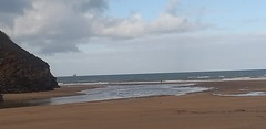 Playa la arena en este día de enero con cielo parcialmente nublado y temperaturas frescas con poco oleaje