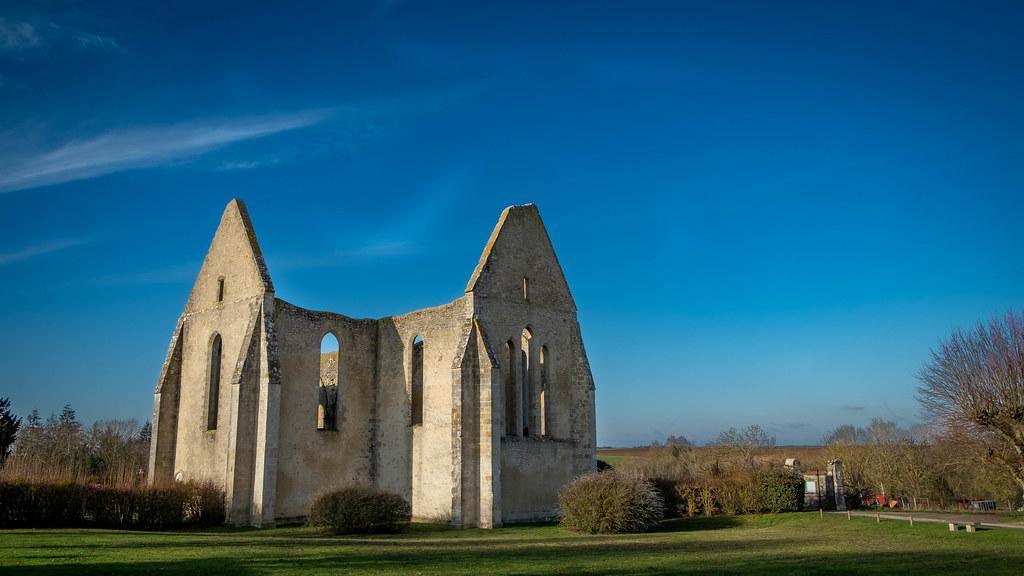 Yevre le chatel, Eglise inachevée St Lubin