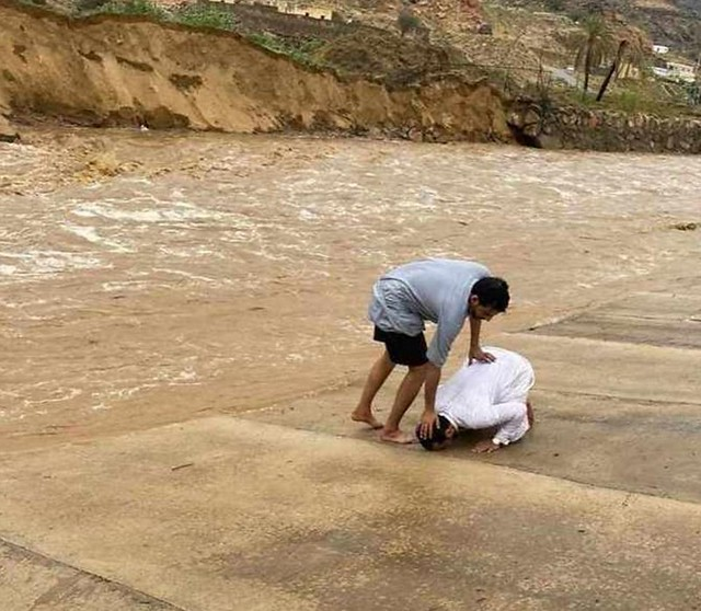 5891 Saudi citizen saves a boy swept in the flood in Asir region 01