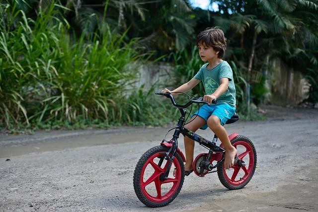 Diego andando de bike