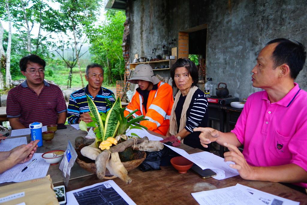 董景生(右一)與社區居民合作規劃森林療癒活動。林試所李俊緯攝
