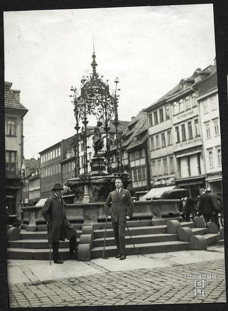 ArchivTappen2AAl2d515 Gänseliesel-Brunnen, Göttingen, Fotoalbum, 1900-1930er