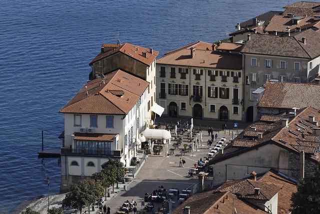 Una piazza quasi in riva al lago - A square almost on the lake shore