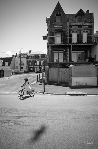 la petite fille à vélo