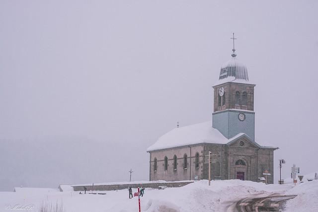 Eglise sous la tempête de neige.