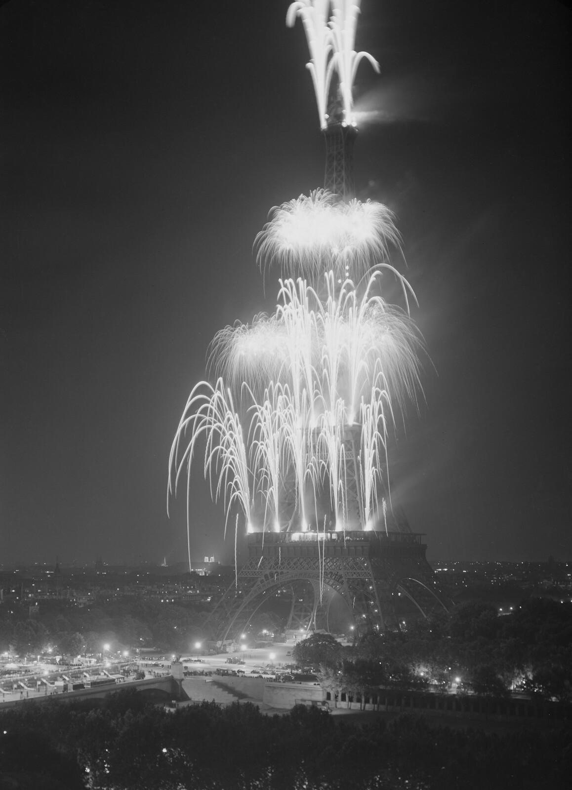 13.  Ночная подсветка Эйфелевой башни