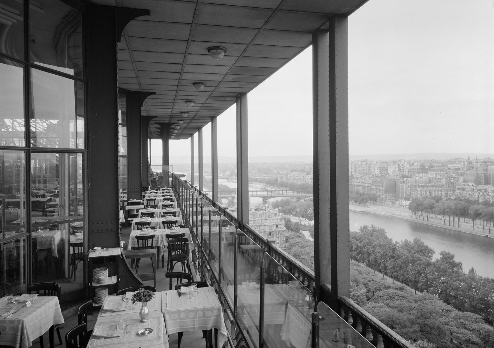 10. Эйфелева башня. Терраса ресторана на втором этаже с видом на Сену (2)
