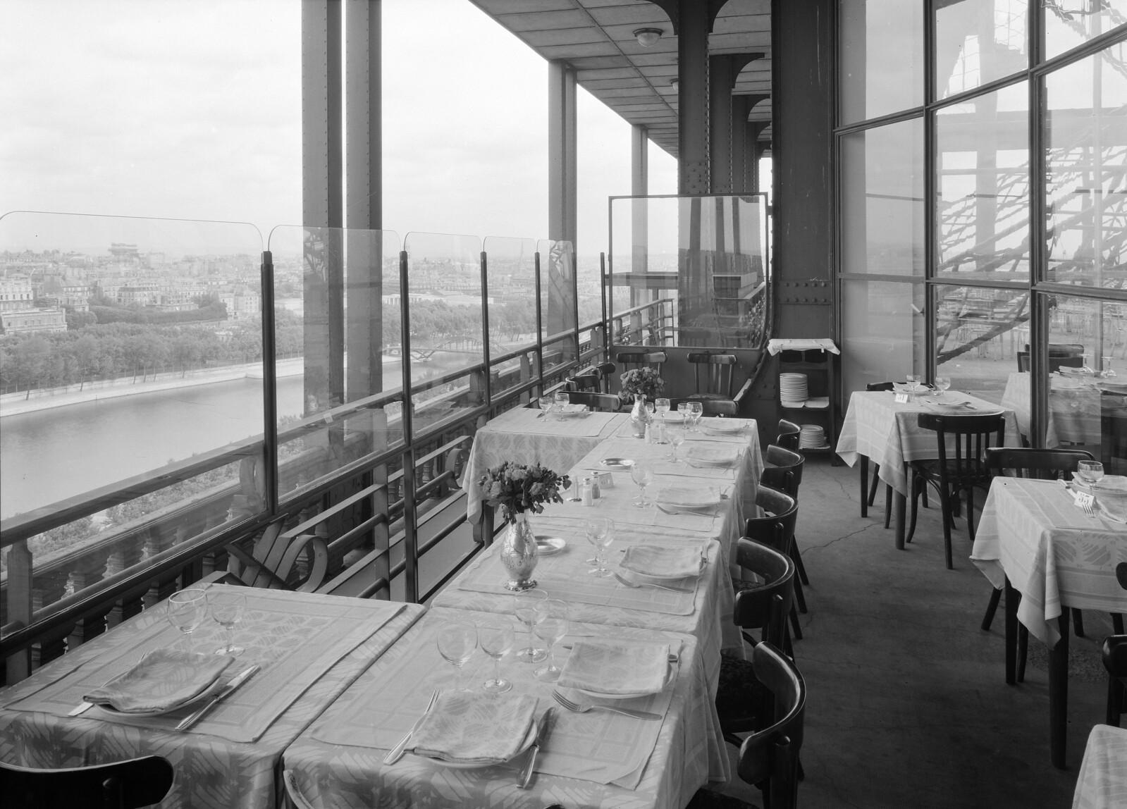 09.  Эйфелева башня. Терраса ресторана на втором этаже с видом на Сену (1)
