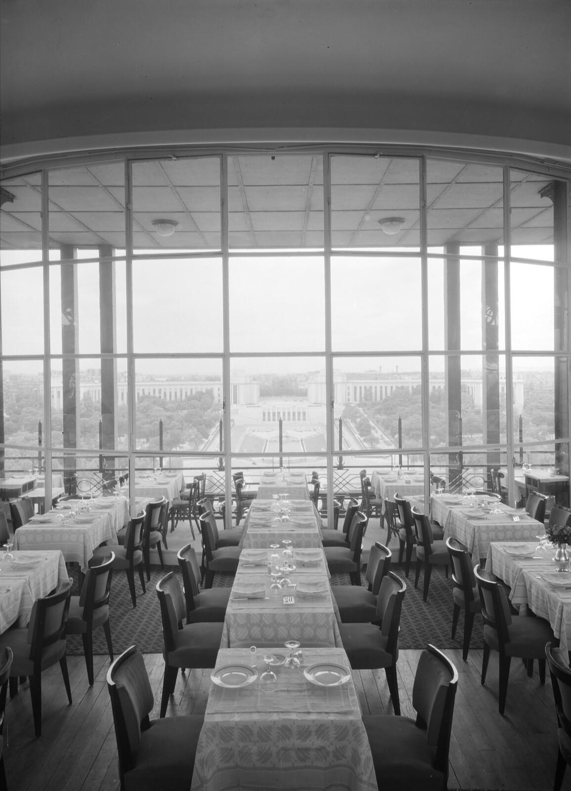 05. Эйфелева башня. Зал ресторана на втором этаже с видом на Дворец Шайо