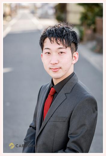 成人式 男性の服装 黒のスーツに赤のネクタイ