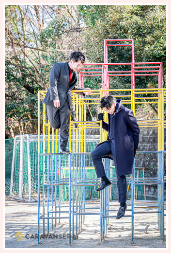 成人式会場の学校のジャングルジムに登る新成人