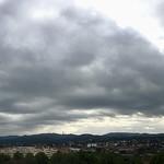 18. Jaanuar 2021 - 13:22 - Día caluroso anticiclónico de invierno aquí en Sant Cugat. 13ºC de temperatura y un 87% de humedad. Se nota por el hecho de que las nubes intentan formarse pero el anticiclón no deja que el aire caliente ascienda y se forman estos stratocumulus.