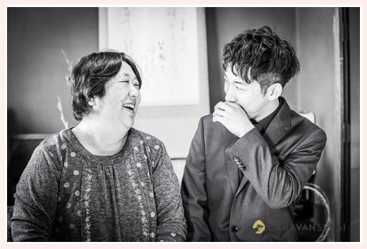 成人式 床の間の前でお母さまと記念撮影 20歳の男性