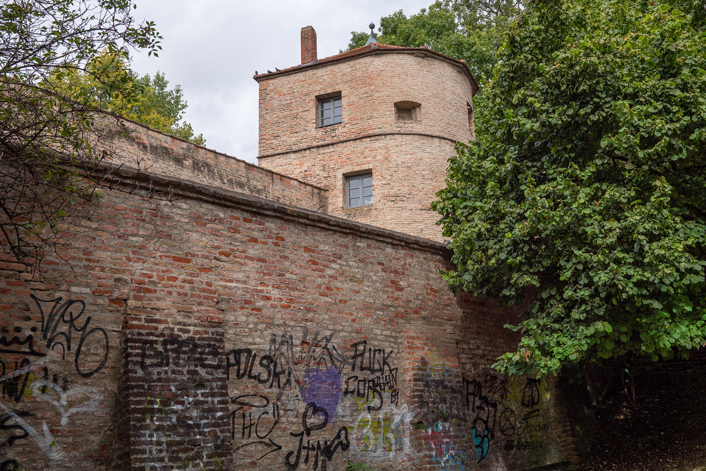 Augsburg: Jakoberwallturm von der Grünanlage gesehen - St. James' Rampart Tower seen from the green area behind it