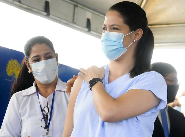 DF vacina os primeiros profissionais de saúde contra a Covid-19