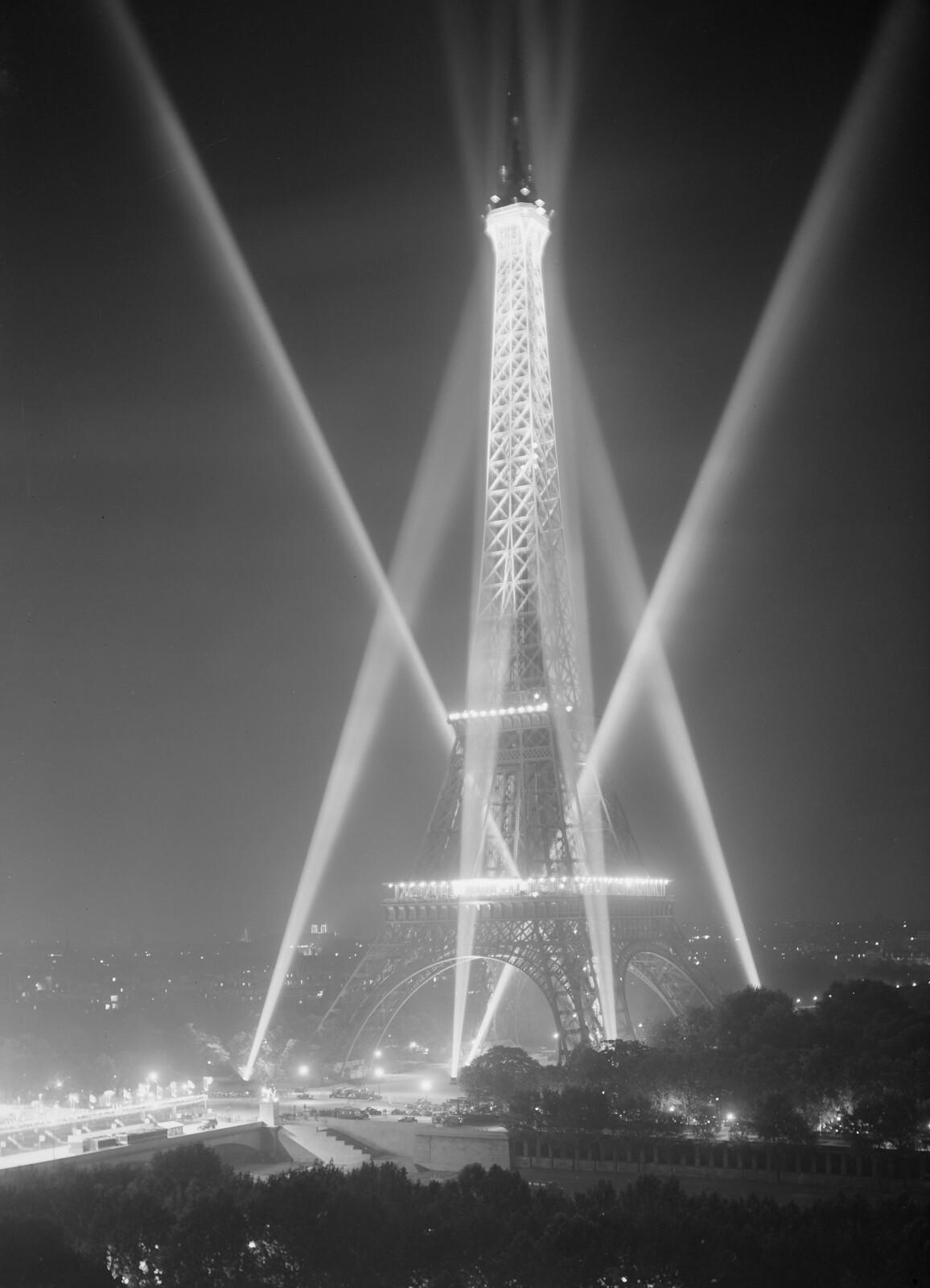 12.  Ночная подсветка Эйфелевой башни