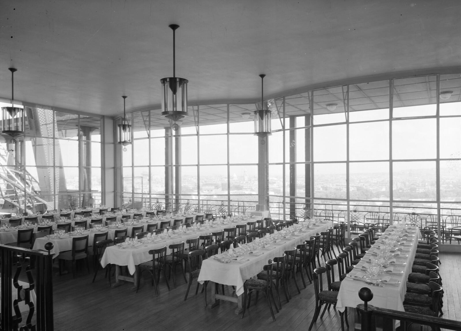02. Эйфелева башня. Ресторанный зал на втором этаже. 7 округ