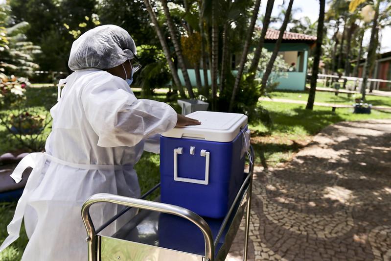 Saúde vacina primeira idosa contra a Covid-19 no Distrito Federal