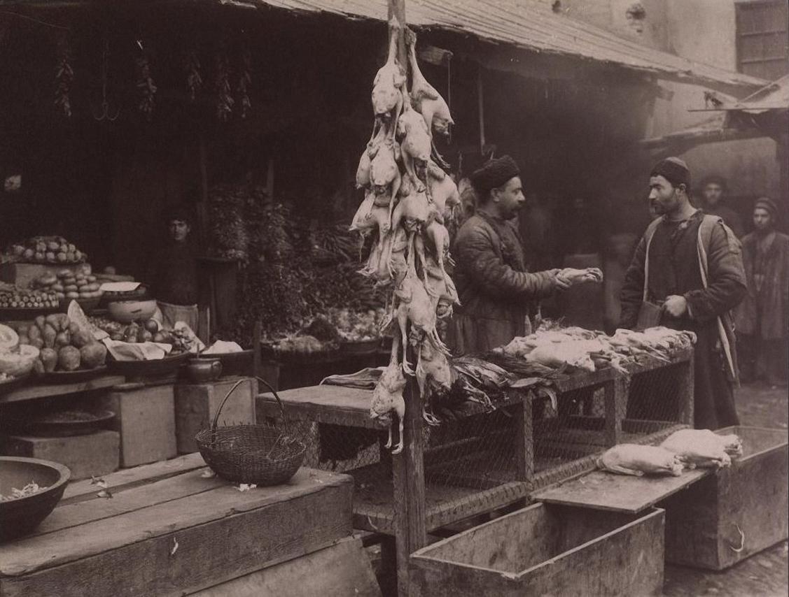 Продавец битой птицы и овощей на солдатском базаре