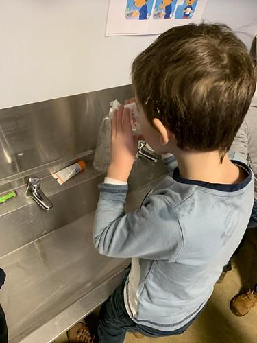 2de kleuterklas - De jongens wassen zich en poetsen hun tanden