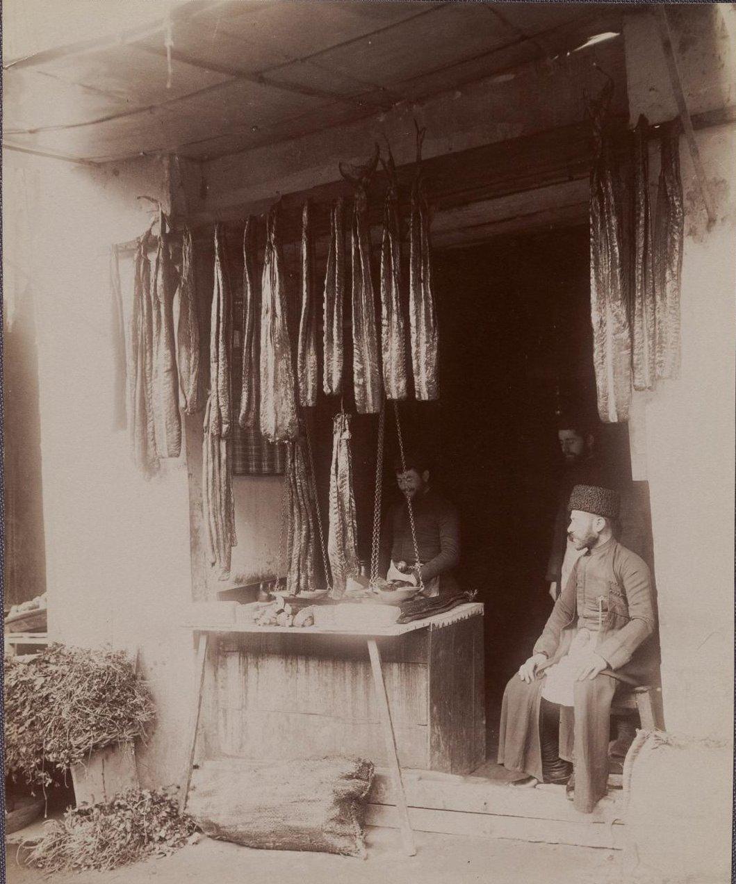 Рыбная лавка, где продают тешку. 1890-е