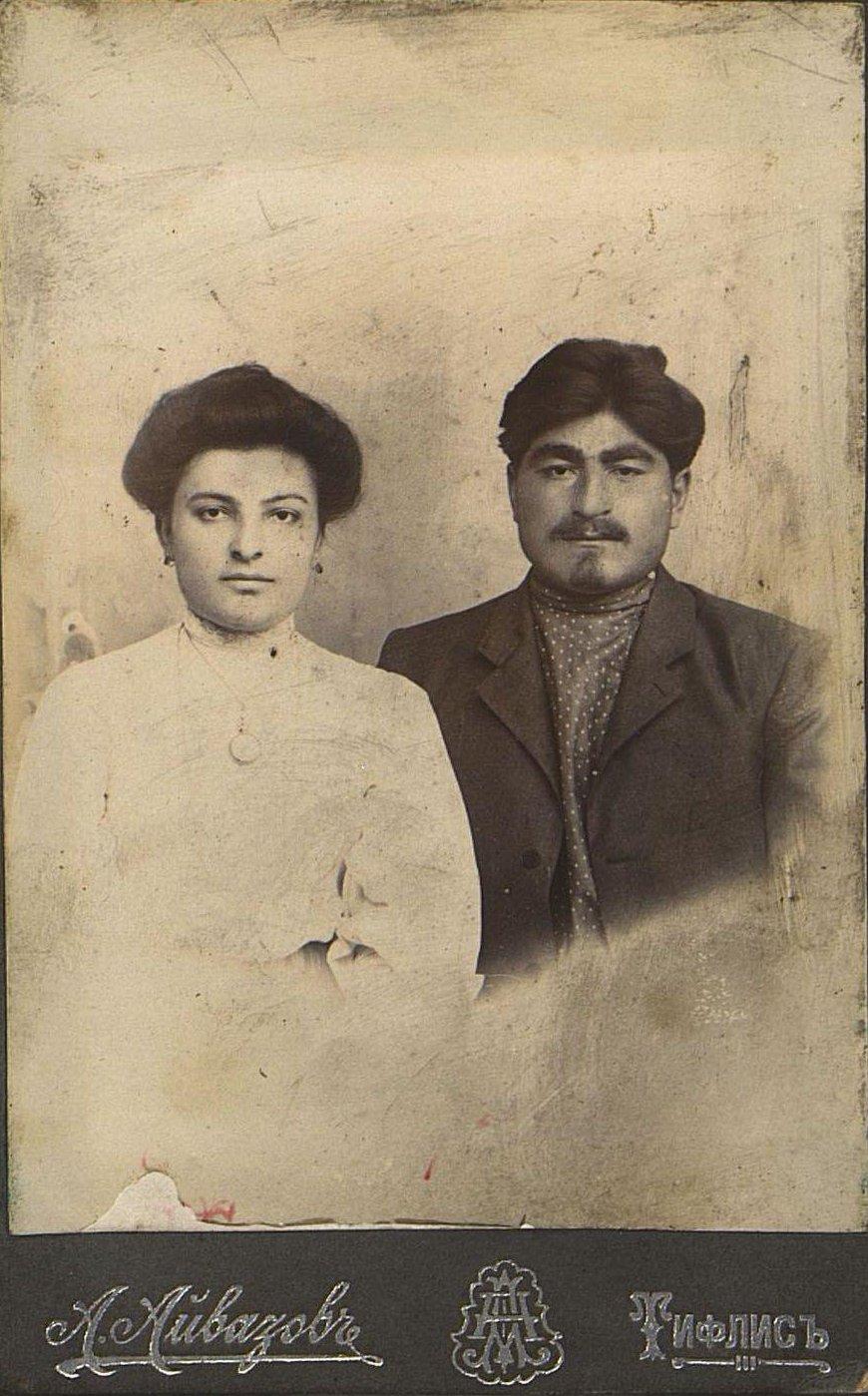 Вазагешвили Георгий Иванович, рабочий железнодорожного депо в Тифлисе, с женой. Айвазов А. 1910-1915