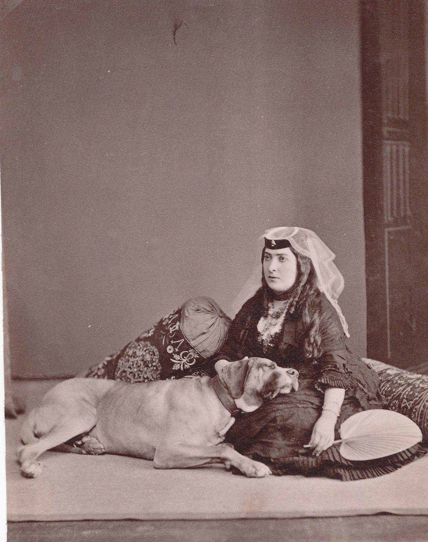 Грузинка с собакой
