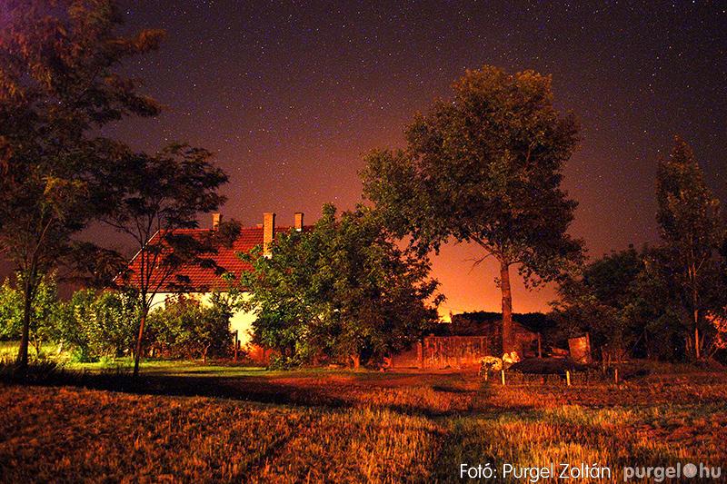 Éjszakai csillagfények a szélmalom környékén
