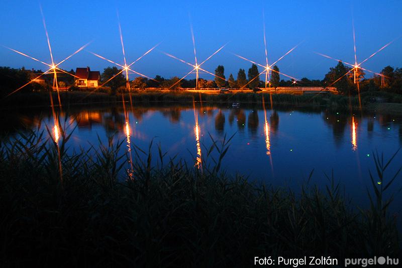 Tófesztivál (a vizen színes világító mécsesekkel)