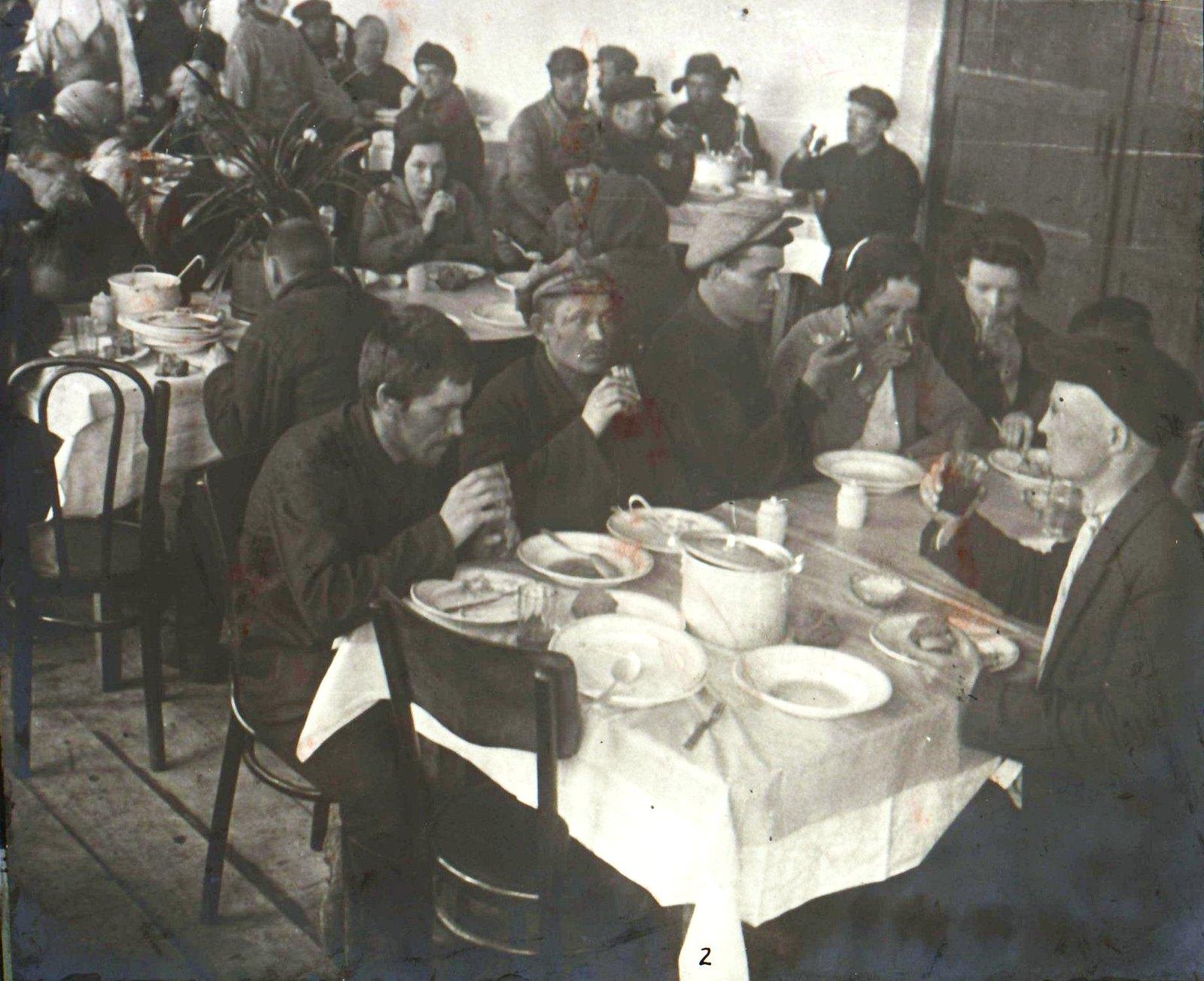 Посетители столовой за обедом