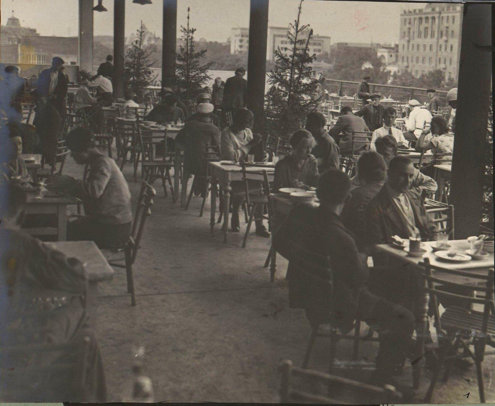 Посетители кафе за столиками