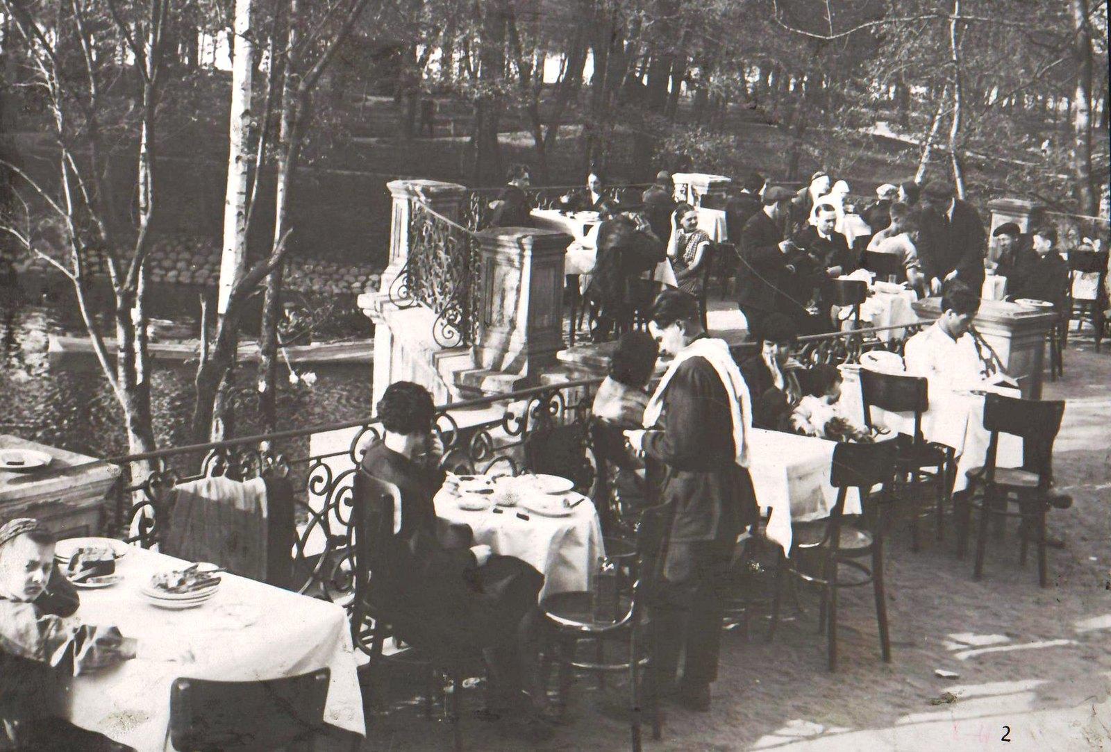 Посетители кафе за столиками (3)